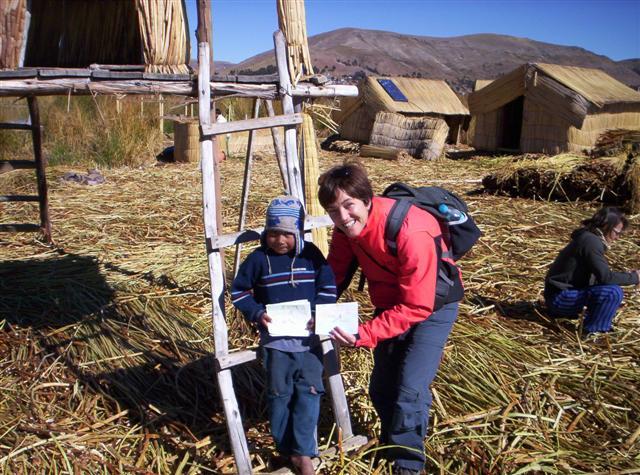 'Aquí estoy en una isla flotante en el Lago Titicaca. El niño me dió un dibujo'