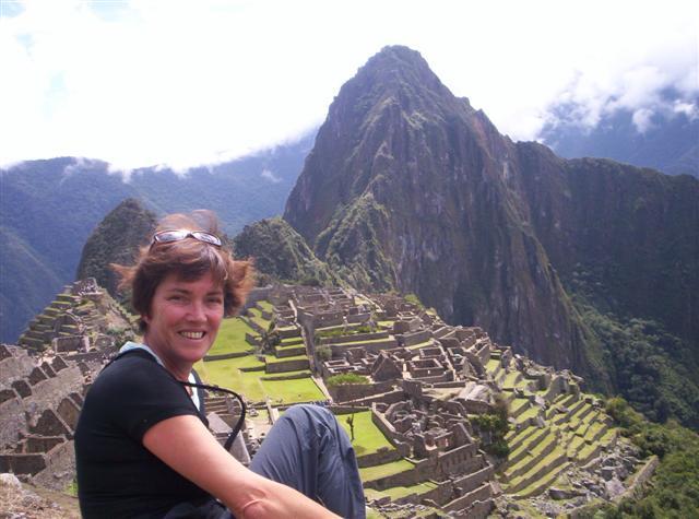 Señora Vervoort cerca de la ciudad de Machu Pichu
