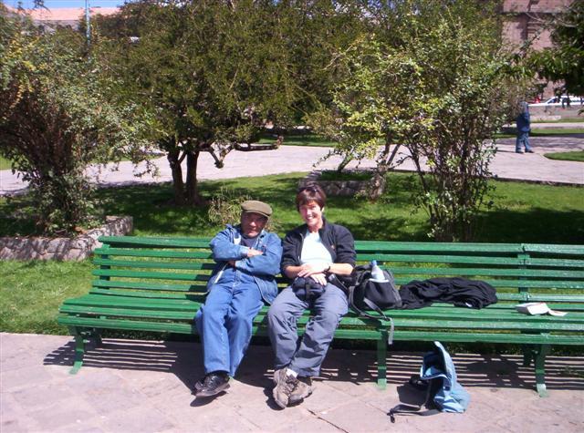 Aquí estoy en un parque en Cusco hablando con un Cusceño